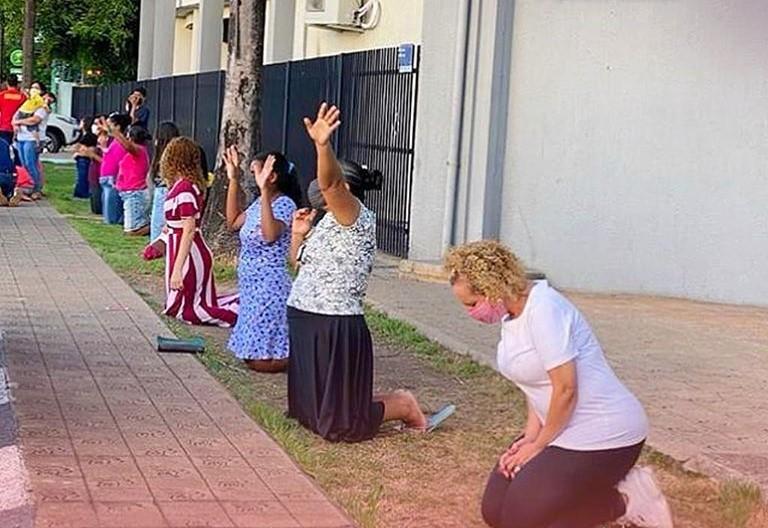 CLAMA RORAIMA – Evangélicos se ajoelham nas ruas de Roraima para orar pelo presidente