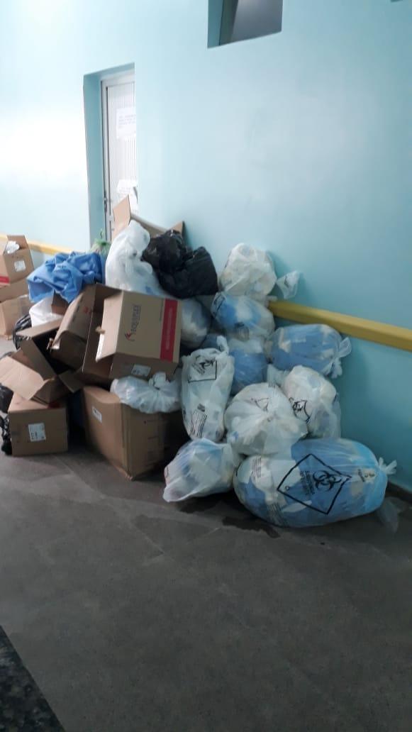 Corredores de hospitais ficam tomados de lixo