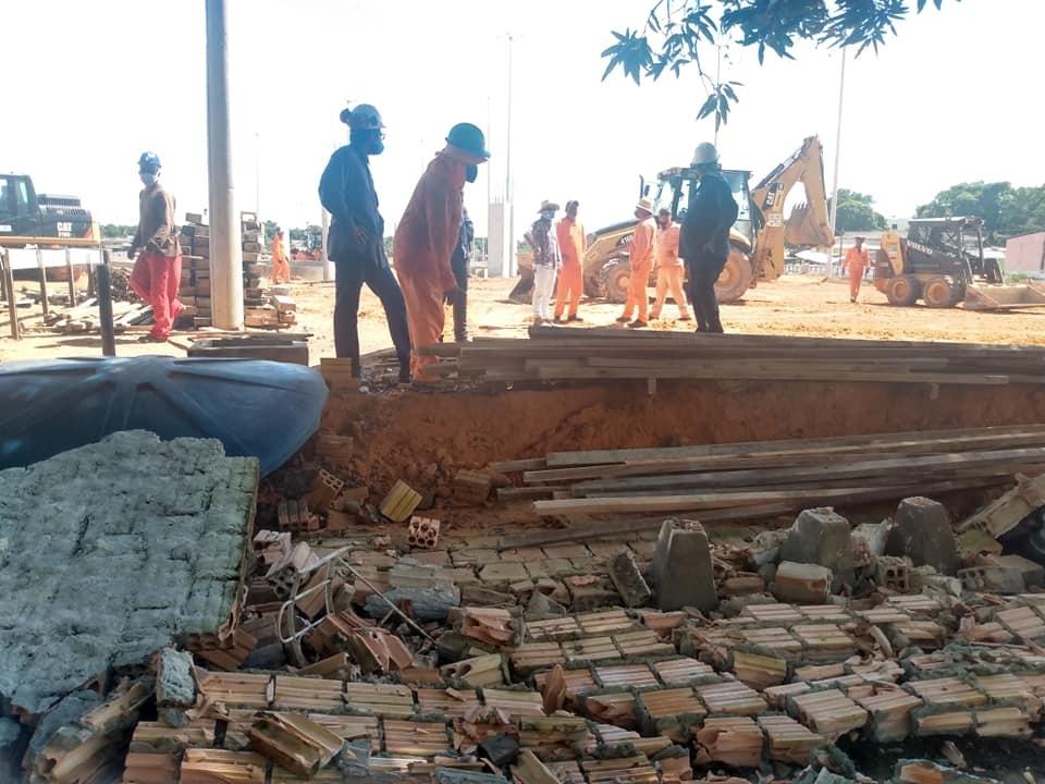 Obra da Prefeitura derruba muro centenário e quase atinge idosa e criança