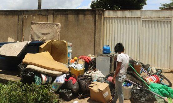 Prefeitura derruba quase 20 casas e deixa mulheres e crianças desabrigadas