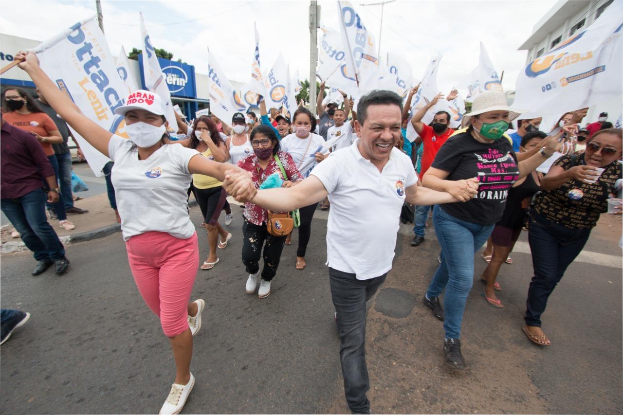 You are currently viewing No primeiro dia de campanha, Ottaci faz bandeirada e caminhada com moradores da Zona Oeste