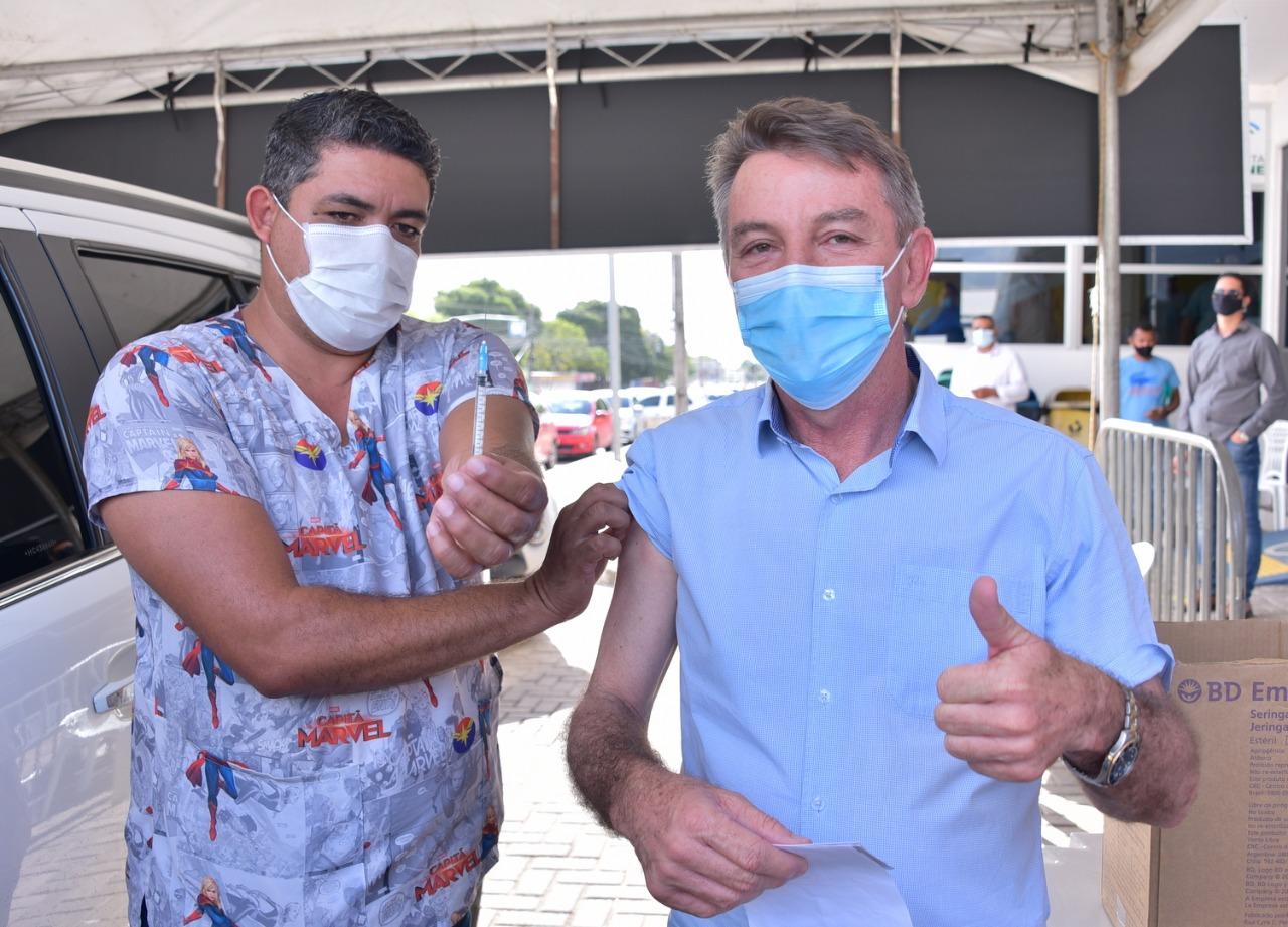 Governador de Roraima recebe primeira dose e faz campanha pela vacina: 'Não deixem de se vacinar'