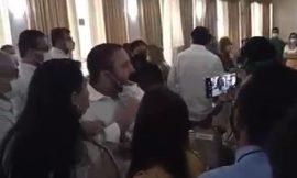 Confusão entre parlamentares marca posse do novo secretário da Sesau; veja vídeo