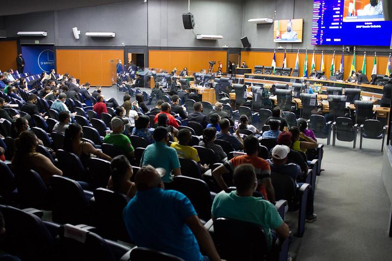 You are currently viewing Deputados aprovam PL que beneficia trabalhadores informais com atividades suspensas por conta da pandemia