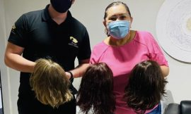 Deputada recebe doação de perucas de empresa de Santa Catarina